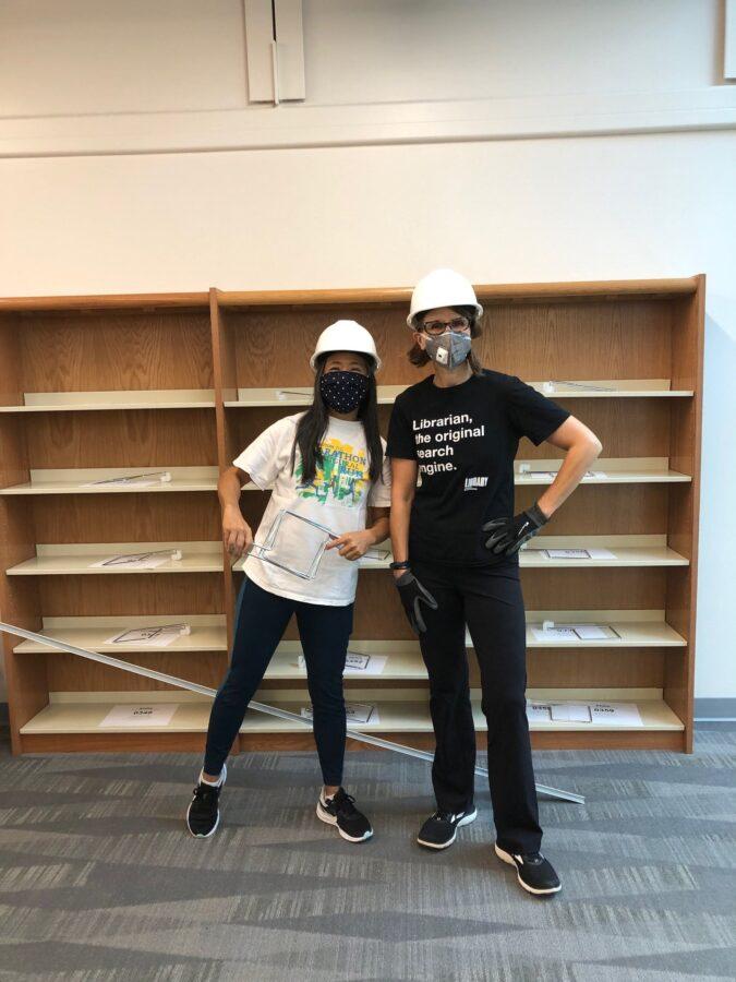 personal de la biblioteca con cascos